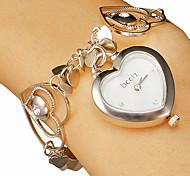 Cuore a forma di quadrante Hollow Incisione della fascia del braccialetto del quarzo analogico delle donne