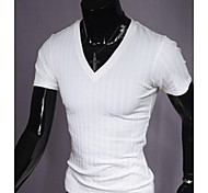 T-shirt decote em V dos homens