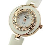 Women's Round Dial Plastic Band Fashion Quartz Watch