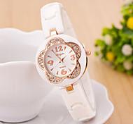 Mulheres Relógio de Moda Quartz Silicone Banda Relógio de Pulso / Flor Preta / Branco